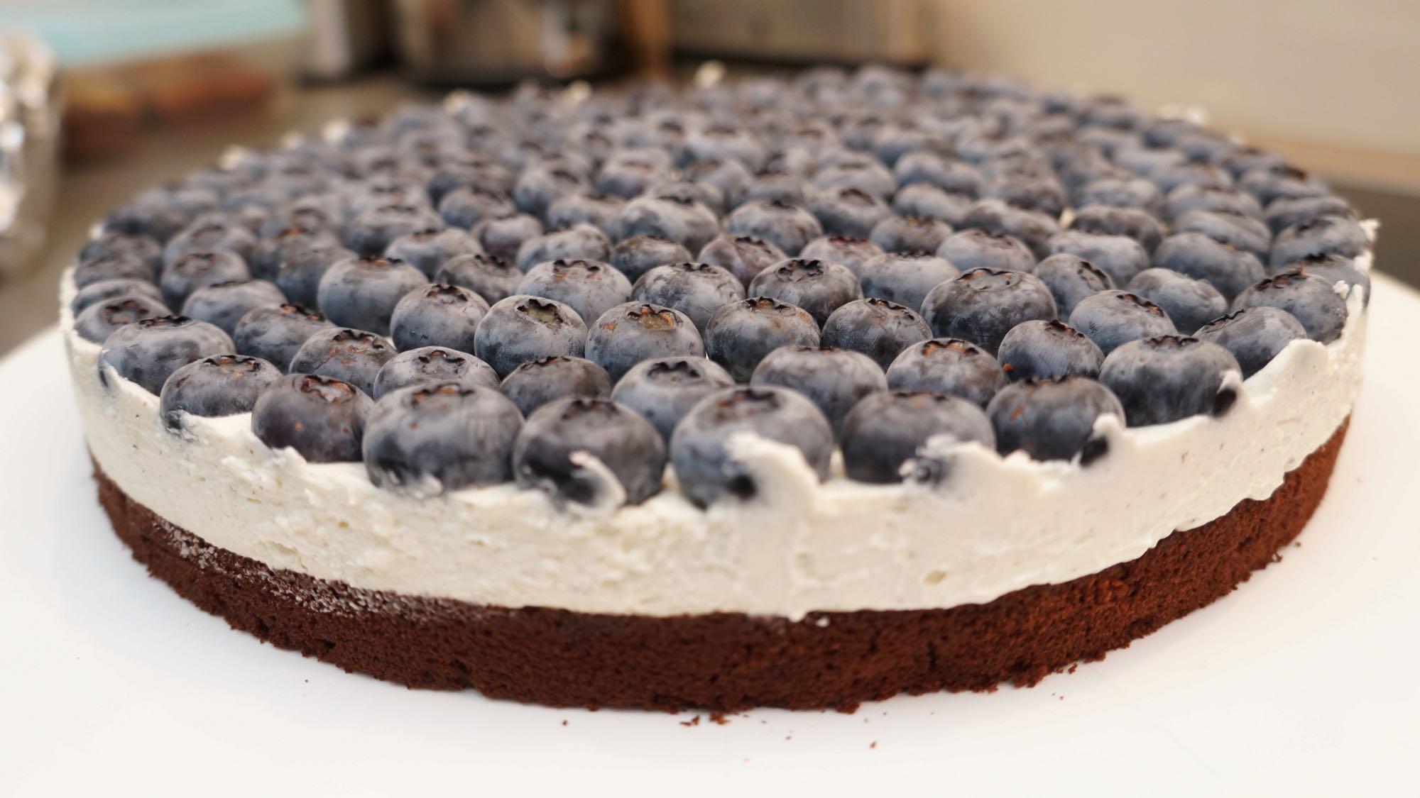 http://beas.kitchen/wp-content/uploads/2016/08/Schoko-Vanille-Blaubeerkuchen-1.jpg