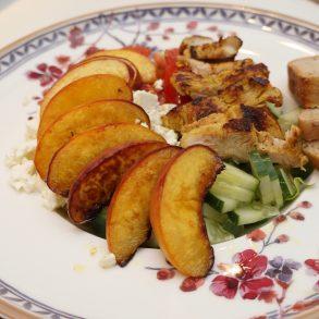 Salat mit gebratenen Pfirsichen